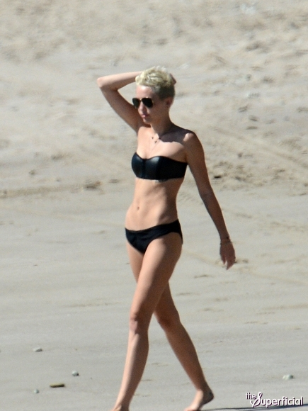 Miley-Cyrus-Bikini-Yoga-Costa-Rica-011