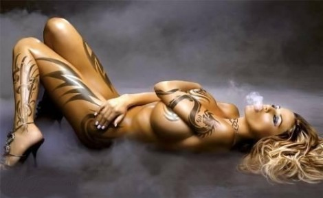 003-smoking-girl-nackt-tattoo