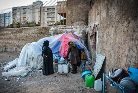 فقر در ایران:تصاویر زندگی یک مادر با سه فرزند درکنار خیابان در شیراز…..ادامه مطلب را در وبلاگ بخوانید