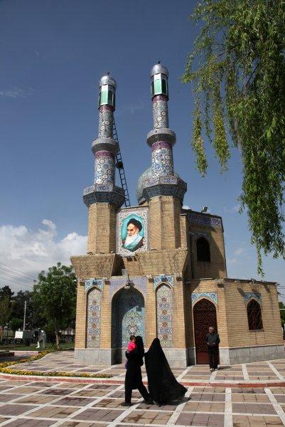 تصاویر روزنامهنگار آلمانی از شهرهای مختلف در ایران:بیکینی پارتی در جوار حرم رضوی…..ادامه مطلب را در وبلاگ بخوانید